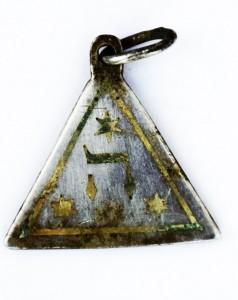 Rewers wisiorka z literą ה i trzema gwiazdami Dawida, photo credit: Yoram Haimi, Israel Antiquities Authority