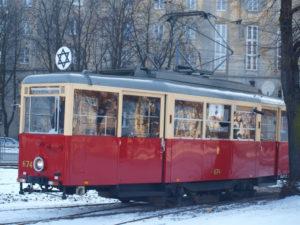 Dzień Pamięci, tramwaj z gwiazdą Dawida jeżdżący po Warszawie