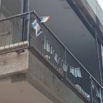 Tel Awiw, budynki, balkon z flagami izraelskimi i tęczową flagą