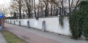 Oświęcim: zamalowanie swastyki na murze cmentarza żydowskiego