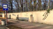 Oświęcim: swastyka namalowana na murze cmentarza żydowskiego