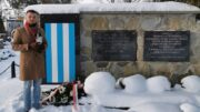 Sławomir Pastuszka przy grobie ofiar Marszu Śmierci na cmentarzu w Pszczynie