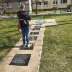 Upamiętnienie Archiwum Ringelbluma, mężczyzna fotografuje pomnik