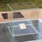 Upamiętnienie Archiwum Ringelbluma, przezroczysta bryła, a w niej archiwalny dokument