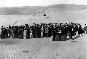 Tel Awiw, założecnie miasta, grupa ludzi na pustyni