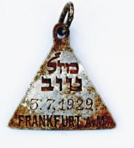 Zawieszka z hebrajskim napisem Mazal Tow i datą 3 lipca 1929, photo credit: Yoram Haimi, Israel Antiquities Authority