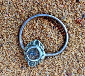 Pierścień znaleziony w ziemi w miejscu, gdzie stał budynek, w którym golono głowy ofiarom, photo credit: Yoram Haimi, Israel Antiquities Authority